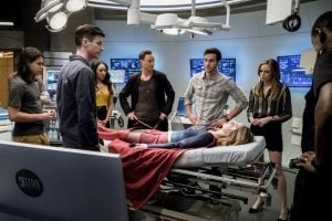 An unconscious Kara is brought to Team Flash for help.