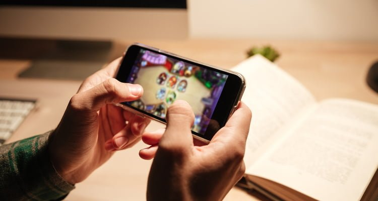 playing online games on phone